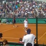 Момент финального поединка будущих чемпионов с легендами тенниса