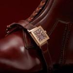 Jaeger-leCoultre Grande Reverso Ultra Thin 1931 • Jaeger-LeCoultre Calibre 822/2, ручной завод, запас хода – 45 часов • Часы, минуты, малая секундная стрелка • Корпус: 18К розовое золото, 46.8 х 27.4 х 7.3 мм • Стекло: сапфировое • Водонепроницаемость: 3 бара • Ремешок: кожа аллигатора, коричневый/ застежка –пряжка • Арт: Q2782560 *Отдельный разговор о ремешке. Ремешок из мягкой кожи изготовлен семейной (в пятом поколении) компанией Casa Fagliano из Буэнос-Айреса. Она знаменита своей обувью для поло. В ее мастерской всего пять мастеров, которые ежегодно производят около 80 пар сапог – настолько качественных, что их выбирают лучшие в мире игроки, голливудские звезды и отпрыски королевских семей, которым еще приходится постоять в очереди.