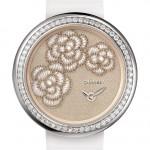 Chanel Mademoiselle Privé for Only Watch: 18К белое золото/бриллианты, кварц, тканевый (шелковый) циферблат с тремя вышитыми в ателье Maison Lesage шелковыми и металлизированными нитями камелиями, украшенными природным жемчугом, 37.5 мм, белый атласный ремешок.