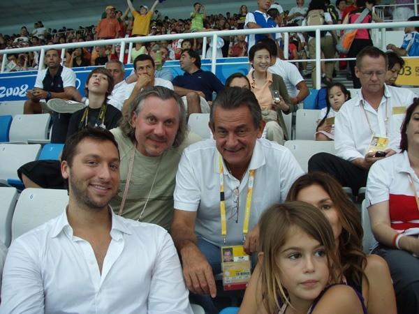 Александр Журавлев , президент компании Omega Стивен Уркварт, Синди Кроуфорд с дочерью и Ян Торп, легендарный пловец, многократный олимпийский чемпион по плаванию