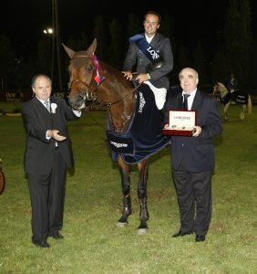 Испанский наездник Рикардо Хурадо, обладатель Гран-При Longines вместе с Вальтером фон Кэнелом, президентом компании Longines