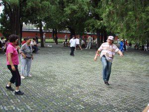 Китайский футбол в парке отдыха - одно из любимых развлечений китайских пенсионеров