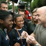 Андре Агасси с юными воспитанницами колледжа, построенного на средства его фонда