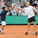Андре Агасси поздравляет победителя
