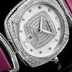 Коллекцию Glashutte Original Pavonina пополнила новая экстравагантная модель. Эксклюзивная модель в новом сияющем обличье. В 2013 году компания Glashütte Original впервые представила «Pavonina» - необыкновенную коллекцию прелестных женских часов, воспевающую нашу современницу во всей ее многогранности. В 2014 году широкий спектр моделей этой замечательной коллекции, созданной специально для женщин, пополнился новыми эксклюзивными ювелирными часами, полностью украшенными бриллиантами. Эту исключительно красивую модель известная саксонская мануфактура адресует женщинам с изысканным вкусом, ведь часы сверкают и переливаются 513-ю великолепными бриллиантами круглой огранки, являя собой поистине незабываемое зрелище. Эти роскошные женские часы имеют характерную форму «кушон» (или подушка), популярную в 1920-е. 308 бриллиантов плавными линиями вторят форме великолепного корпуса из белого золота. Особое изящество и изысканность придают модели украшенные бриллиантами передняя и боковые грани. Повторение характерного контура кушон можно найти и в центре перламутрового циферблата в обрамлении изысканного гильоше : 118 бриллиантов круглой огранки были с огромным тщанием установлены на циферблат вручную в стенах принадлежащей саксонской компании фабрике циферблатов. Течение времени олицетворяет движение филигранно выполненных стрелок в форме листка, которые изящно скользят вдоль часовых меток, роль которых исполняют великолепные бриллианты круглой огранки. Окошко даты в положении «6» часов не нарушает эстетической гармонии циферблата. В этой сверкающей модели узнаваемый логотип «Glashütte Original» нанесен на внутреннюю сторону сапфирового стекла и словно парит над поверхностью циферблата. Чуть игривая роскошь и неизменная любовь к деталям одинаково видны в том, как сделаны ушки (они щедро украшены 74 бриллиантами круглой огранки) и заводная головка, увенчанная крупным бриллиантом. Ремешок светло-серого цвета из кожи луизианского аллигатора довершает гламурный и изысканно-элега