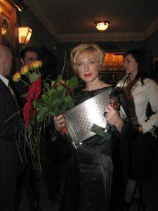 Лауреат премии «Чайка» 2003 в номинации «Обольстительная женщина» Ирина Гринева со специальным призом от компании Eurotime и французского ювелирного дома Korloff